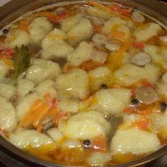 Куриное филе нарезать кубиками и положить в кастрюлю, залить холодной водой. Довести до кипения, снять пену и убавить огонь.