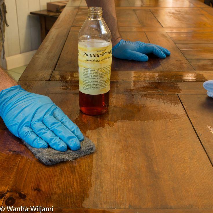 Talonpoikaispöydän alkuperäinen laseerattu pinta on muuttunut kuolleen harmaaksi. Pinnan elvytin puunkuullotusöljyllä. Öljy palutti värin ja suojaa pintaa.