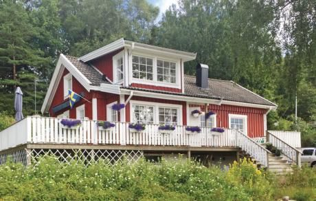 Henån  Charmant vakantiehuis in afgescheiden ligging. Het noorden voor Orust heeft een mooie natuur. Het op twee na grootste eiland van Zweden biedt haar gasten voldoende mogelijkheden tot dagtochtjes voornamelijk in de warme jaargetijden. Het huis ligt ca. vijf minuten van Henån dat over een groot aantal winkels en restaurants beschikt. Ook ligt er een mooi zandstrand vlakbij. Vissen kunt u het beste doen aan de klippen van de mooie kust.  EUR 399.00  Meer informatie  #vakantie…