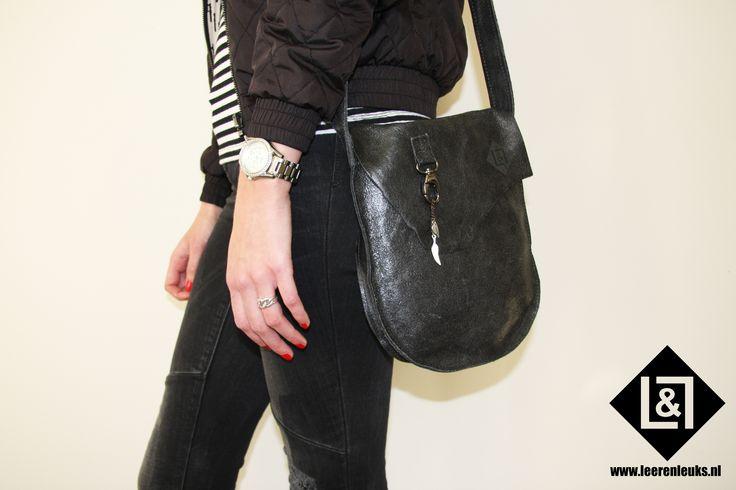 Festival Bag Black with feather: stoere festival bag, welke ideaal te gebruiken is voor een etentje, dagje stad of naar je favoriete festival! Super handy vanwege zijn pasvorm!