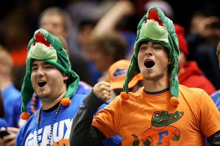 Unos fans de los Florida Gators animan a su equipo en el Allstate Sugar Bowl contra los Louisville Cardinals
