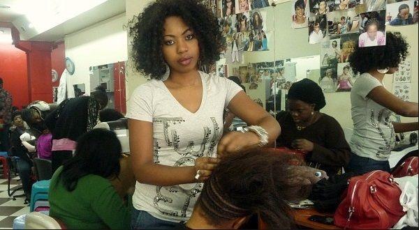 Elles veulent coûte que coûte se faire belle. Mais pour quel prix ? Selon Euromonitor International, les femmes africaines débourseraient près de 7 milliards de dollars chaque année dans les faux cheveux : perruques, mèches humaines, closures, laces,...