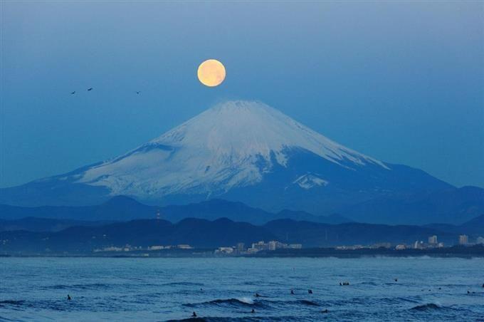 「日本百名月」の鑑賞地に認定された、神奈川県の江の島から望む月と富士山(夜景観光コンベンション・ビューロー提供) Mt.Fuji from Enoshima