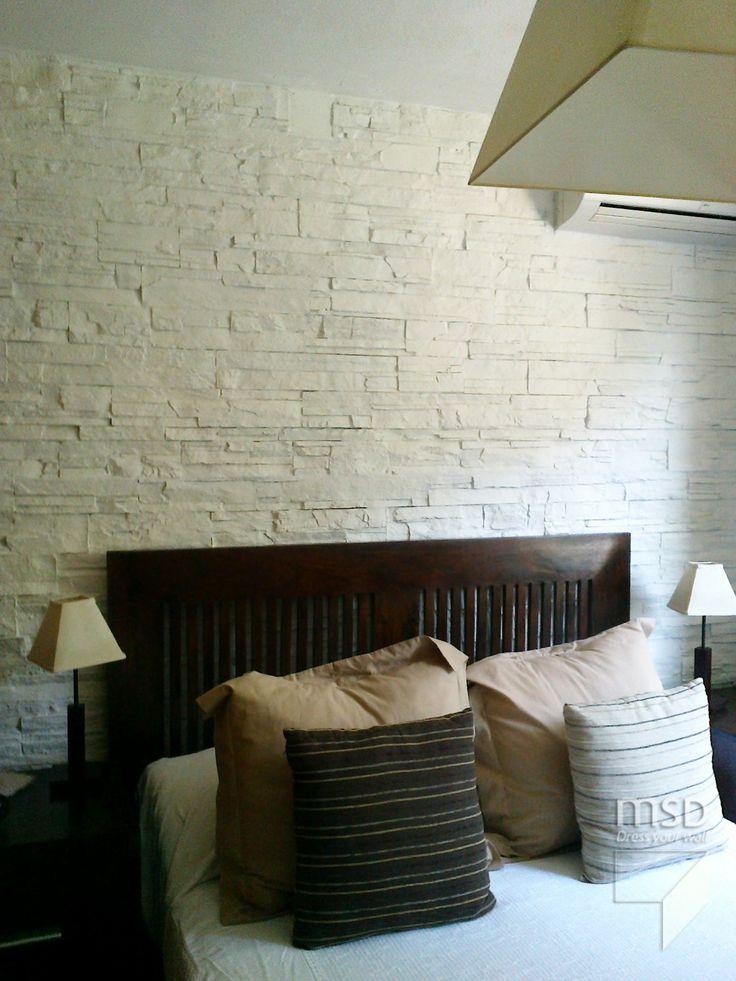 Dormitorio con paneles de piedra blanca en pared. Wall bedroom design with white stone #WallPanels #Decoration #Bedrooms #DressYourWall