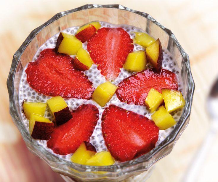 VANILKOVÝ CHIA PUDING S OVOCÍM (mandľové mlieko, chia, agáve / med, vanilka, ovocie / hrozienka / orechy)