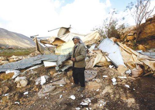 "Laporan mingguan PCHR: 67 warga sipil Palestina ditangkap termasuk 10 anak satu perempuan ditembak dan terluka  TEPI BARAT (Arrahmah.com) - Dalam laporan mingguan terkait pelanggaran hak asasi manusia di wilayah Palestina yang diduduki oleh ""Israel"" pada 29 Desember 2016 hingga 4 Januari 2017 Pusat Palestina untuk Hak Asasi Manusia (PCHR) menemukan bahwa pasukan ""Israel"" terus melakukan kejahatan sistematis di wilayah Palestina yang diduduki.  Pasukan pendudukan ""Israel"" melakukan 74…"
