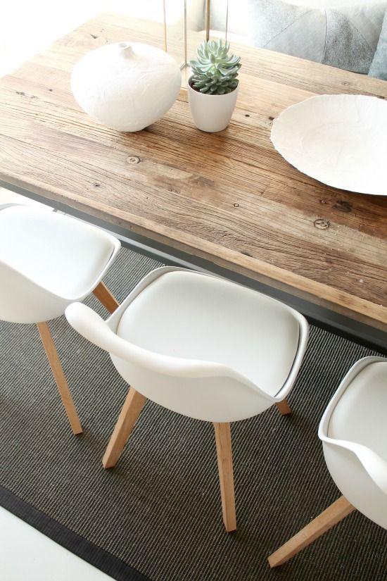 Belle association entre la table en bois rustique et les chaises à coque blanche | dining room | Idyll og him