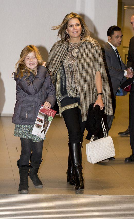 Reina Máxima de Holanda Acto: Torneo hípico CSI4, Ámsterdam (Países Bajos). Fecha: 1 de febrero de 2015. 'Look': Máxima lució un 'minivestido' con estampado que coordinó con unos 'leggings' negros y botas de caña alta, al tono. Remató el estilismo con un abrigo capa a cuadros beis.