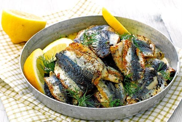 Tuorejuustolla täytetyt silakkapihvit hurmaavat kalanystävän. http://www.valio.fi/reseptit/silakkapihvit/