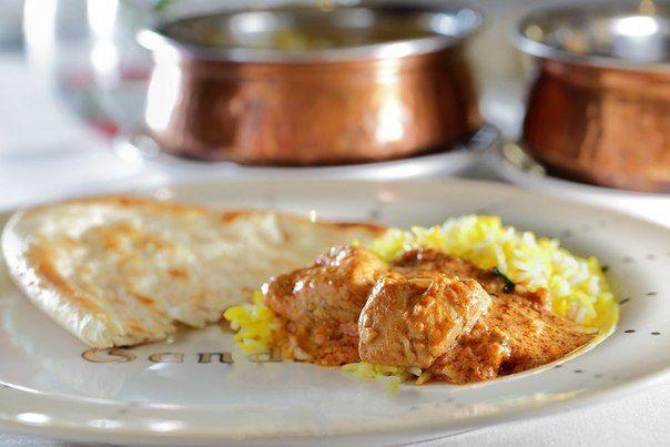Мур Ханди - курица, тушенная со специями, томатами и сливками    Яркое и пряное и очень простое в приготовлении блюдо пакистанской кухни. Главное – это специи, придающие блюду невероятный аромат. Все специи можно купить на рынках или в интернете с доставкой на дом.    Ингредиенты:    Масло растительное - 20 мл  Томаты - 4 средних плода  Куриное филе - 150 гр  Сливки 33% - 300 гр  Сливочное масло - 5 гр  Паприка пудра - 5 гр  Кумин пудра - 2 гр  Кориандр пудра - 2 гр  Гарам масала - 2 гр…