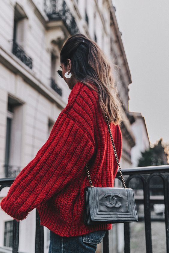 Knitwear inspiration : knitted red jumper oversize <3 winter outfits inspiration, sweater cosy style, trendy color red, chanel bag, looks de invierno, tenues hiver, pulls en maille, cosy look