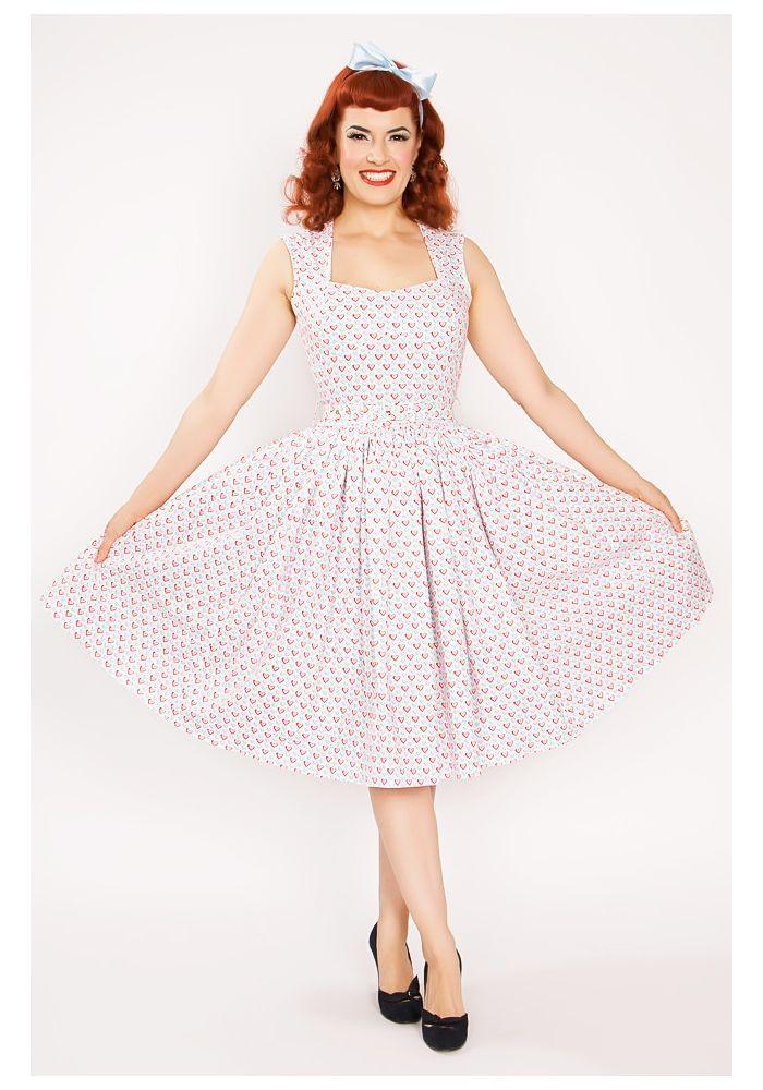 Absolute Sweetheart är en jättesöt 50-tals klänning med rött och blått hjärtmönster, A-line swing kjol med dolda fickor, hjärtformad urringning och vadderad byst. Den har en jättefin detalj baktill i form av ett utskuret hjärta på ryggen.
