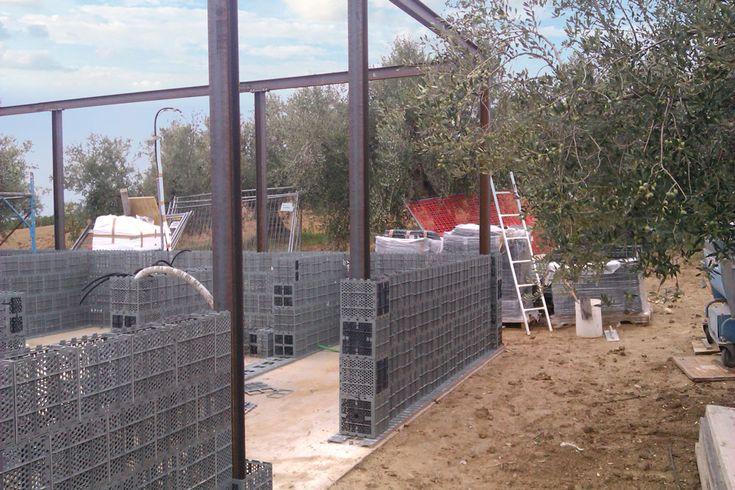 Uma empresa italiana chamada Presanella Building System estainovando o setor de construção civil. Visto que a bioconstrução tem chamado a atenção, a empresa apresentou uma nova solução muito interessante, é a coleta e transformação de plástico reciclado em tijolo para construção de casas. Os inovadores tijolos são fabricados com resíduos plásticos que seriam descartados e …