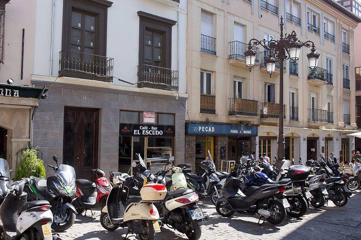 In Granada kun je tenminste je tweewieler parkeren. In Duitsland leverde mij dat al twee keer een bon op. Dát is dus hier beter geregeld. (Vrijwel al het andere in Duitsland... naar mijn mening althans. Voor wat dat waard is.) #willemlaros.nl #flickr #photography #travelphotography #traveller #canon #snpnatuurreizen #canon_photos #fotoreis #travelblog #reizen #reisjournalist #travelwriter#fotoworkshop #reisfotografie #landschapsfotografie #follow #alpujarras #capileira #granada #spanje…