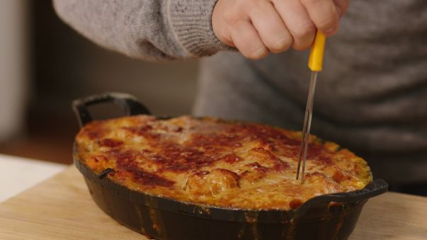 Dit is vegetarisch fusiongerecht met pompoen, boerenkool en vier soorten kaas. De pompoen geeft een zoete smaak aan de saus. Jeroen is er zeker van dat iedereen dit lust.