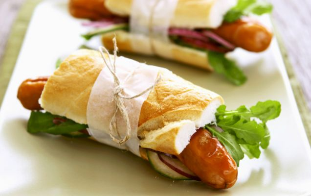 Σάντουιτς με χωριάτικα λουκάνικα και σάλτσα κρεμμυδιών