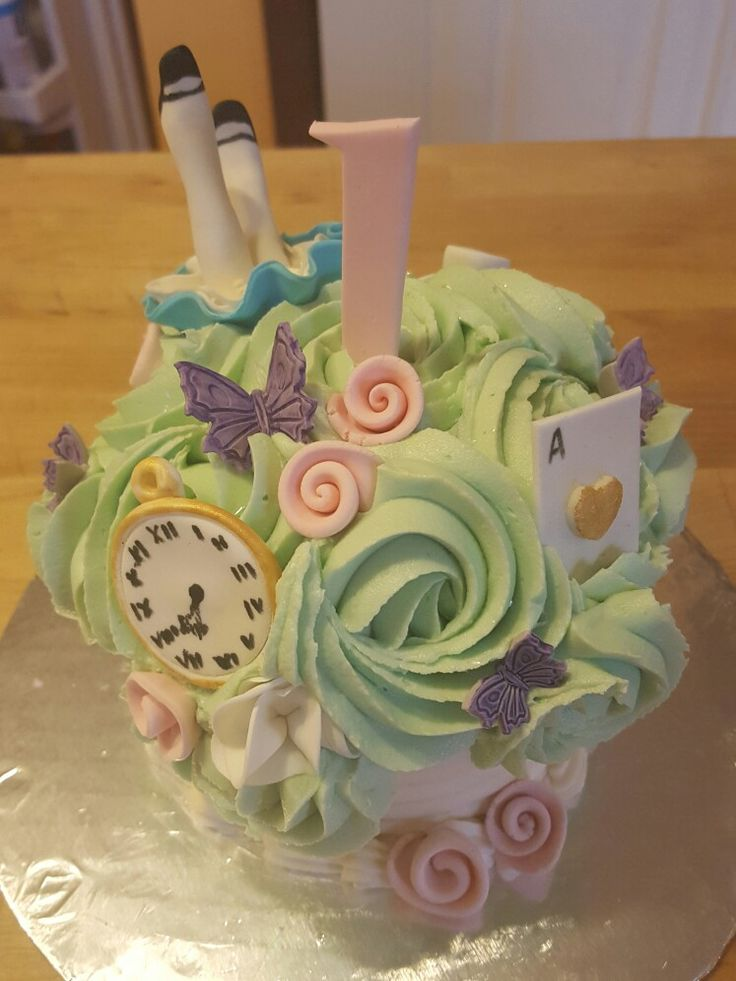 Alice in wonderland smash cake. Inspired by: https://s-media-cache-ak0.pinimg.com/originals/b2/ef/7e/b2ef7ec730aa95736285346776b8598b.jpg & http://betweenthepagesblog.typepad.com/between-the-pages-blog/2015/02/tim-burtons-alice-in-wonderland-sends-sweet-sixteen-birthday-wishes.html