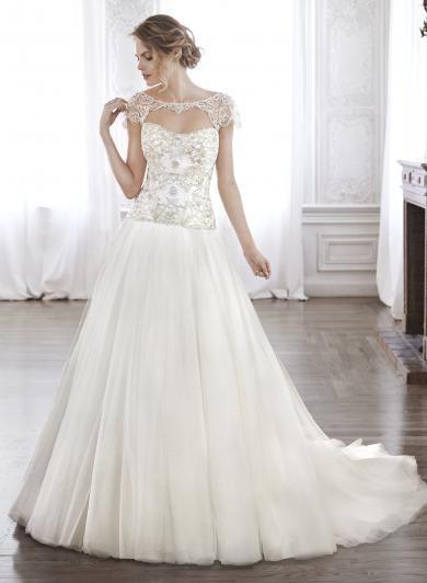 Maggie Sottero ASHTON MARIE - Romantické svadobné šaty s hladkou tylovou sukňou a s korzetom posiatym oslnivými Swarovski krištálikmi a vyšívaným zdobením. Štýl dopĺňajú luxusné rukávky, ktoré decentne zahalia plecia.