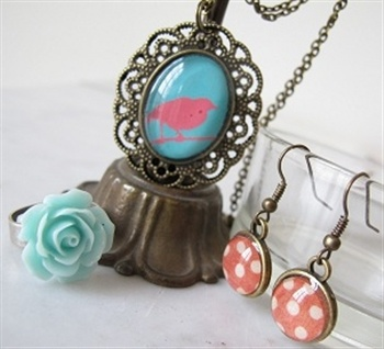 Lockets, medaillons, cabochons, bedeltjes, roosjes, haarspeldjes... alles om trendy vintage-style juwelen te maken!