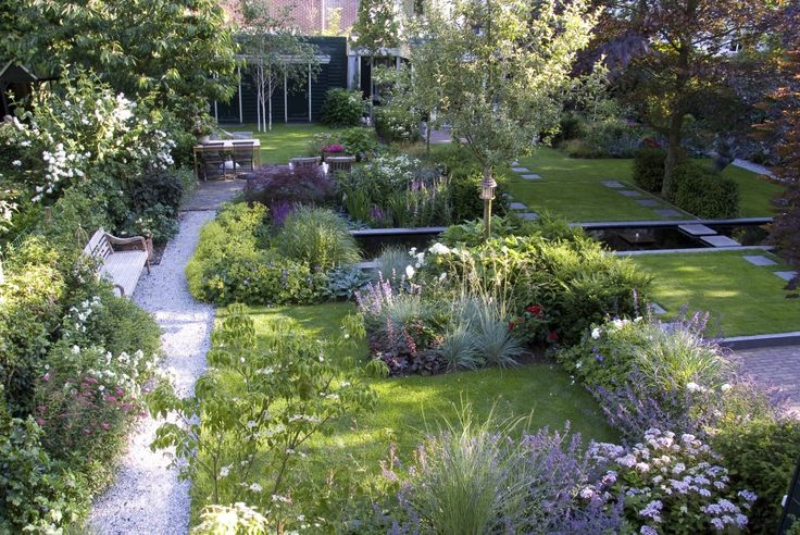 Robert Broekema - Gemeenschappelijke Tuin: Groen. Eenvoud, rust en ruimte markeren deze tuin. De lange smalle vijver dwars in de tuin verbindt de drie tuinen met elkaar. De kleurrijke bloemborders liggen als een dambord door de tuin verspreid.