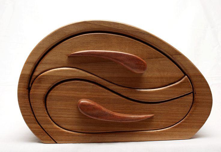 Duas caixas realizadas com atécnicaserra de fita. #17 Madeira de Castanho e mogno, com acabamento em cera de polir e gavetas forrada...