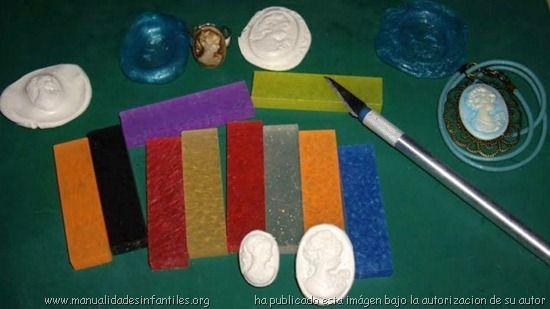 El oyumaru es una pasta en barra de colores totalmente flexible que puedes utilizar para hacer moldes.. Se utiliza para modelar y es apta para uso infantil. Se puede utilizar poniéndola en agua caliente aproximadamente de unos 80 grados centígrados...