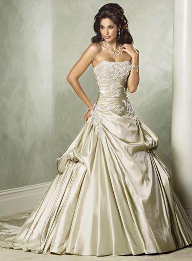 ゴージャス&エレガント!グッチのゴールドプリンセスドレス♡ ハイブランドのカラードレス・花嫁衣装まとめ。