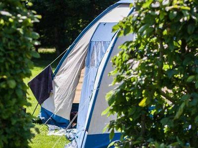 Je kunt bij ons kamperen met je eigen tent, vouwwagen of caravan. De camping heeft verschillende veldjes met ieder een eigen karakter. Graag zoeken we samen met jou de meest geschikte plaats uit. De één houdt nu eenmaal van meer privacy, de ander vindt ochtendzon belangrijker.
