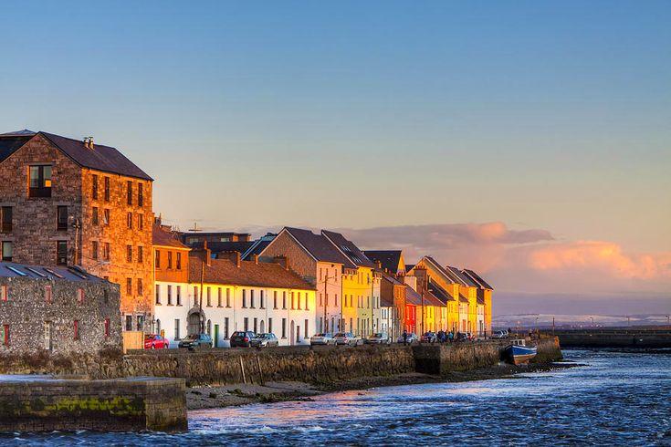 Nyugat-Írország legnagyobb városa, Galway, amely leginkább a művészeti galériákról és üzletekről ismert. Ezek nagy része kacskaringós utcák és a macskaköves utcák mentén találhatók, a város hangulatos középkori negyedében. Számos élő zenei rendezvényével és virágzó vendéglő helyszínével, kocsmáival, a Galway-t az ír népzene fő központjának tartják. A kikötő város úgy is ismert, mint egyike azon kevés helyeknek Írországban, ahol az ír nyelvet beszélik még az utcán...