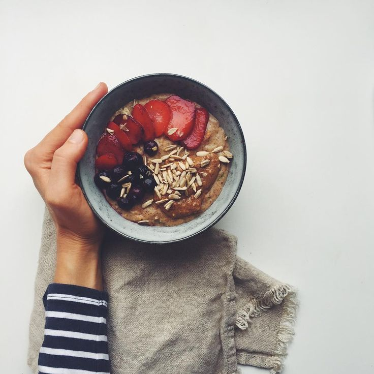 Holding on to that Copenhagen hygge and starting the day with creamy almond milk and grated root vegetable oats topped with homemade hazelnut butter, berries and my Maca Caramel superseeds.