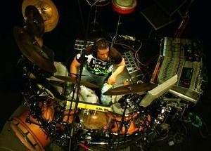 Huszár Endre Endre-eNerd technológiai szempontból különleges szóló projektje, amelynek középpontjában egy egyedülálló dobrendszer áll, amelynek segítségével komplex improvizált elektronikus zenei textúrákat tud felépíteni, miközben az akusztikus dobokon a kíséretet játssza.