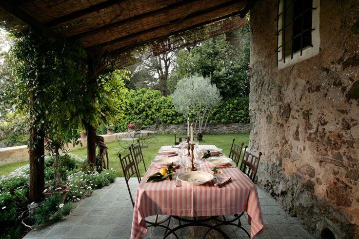 Dinterni Interior Design / Типичное жилище на лигурийском холме, окруженное собственным садом - Первая терраса с перголой в зоне столовой и вьющейся глицинией ...