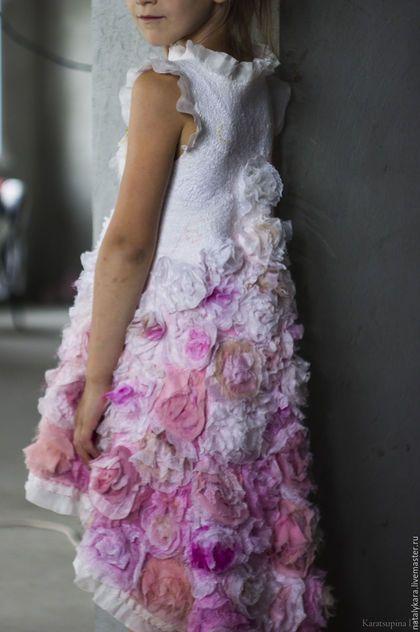 Купить или заказать Валяное платье для девочки 'Розовый винтаж 2' в интернет-магазине на Ярмарке Мастеров. Нуно-платье для юной цветочной феи из коллекции 'Розовый винтаж'. 10 метров 100% натурального шелка и его производных - шифона, крепа, органзы различных оттенков утренних роз, посаженных на тончайший меринос.... Силуэт с завышенной талией, с горловиной 'лодочка'. Юбка переменной длины, удлиненная сзади оторочена небеленым хлопковым кружевом и шелком. Очень мягкое и нежное.