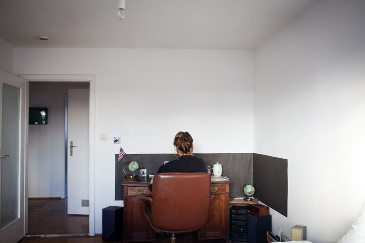 Freunde von Freunden — Anke Eberhardt — Publisher, Apartment, Main Station District, Munich  — http://www.freundevonfreunden.com/interviews/... ...creating a seperate area with a band of dark fabric, grounding the desk and reduces glare and reflected light from the white walls - brilliant!