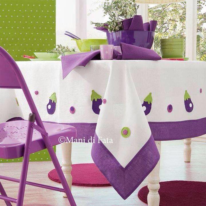 Toalha de mesa com aplicações de berinjelas