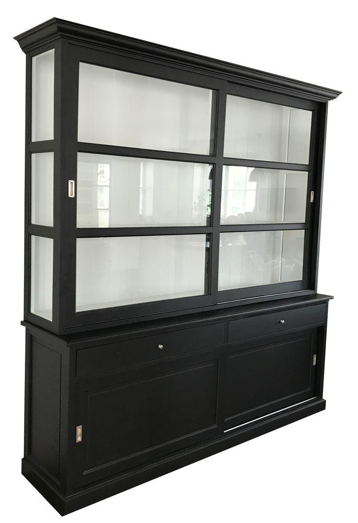 Mooie grote zwarte buffetkast extra hoog uitgevoerd in 240cm hoog. De witte binnenkant met paneel achterwand, brede laden en facetglas geven deze kast een mooie en rijke uitstraling