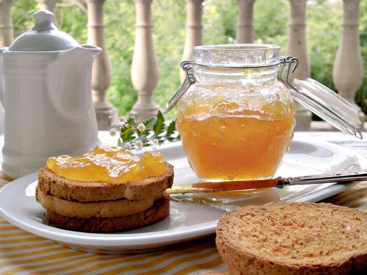 Aprofittate della stagione autunnale per preparare questa golosissima confettura di zucca. Una conserva sana e genuina, perfetta per la colazione di grandi e bambini, ma che è anche un ottimo ingrediente per preparare deliziose crostate, muffin o torte