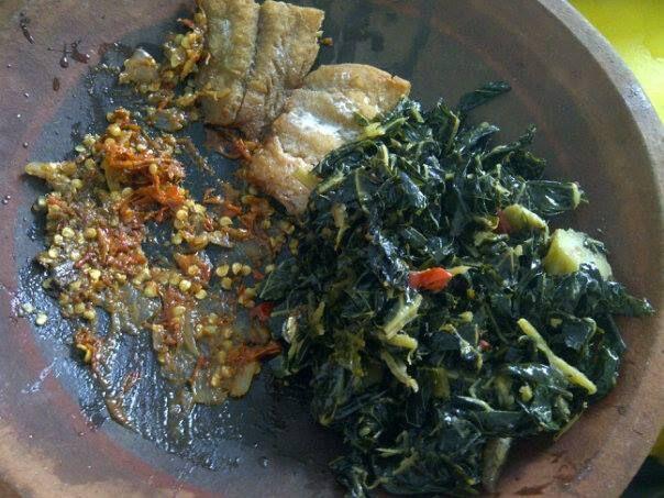 sambal terasi, ikan asin dan daun- bunga pepaya tumis... hhmmmm.....