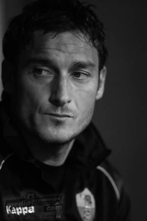 Totti, 1976. es un futbolista italiano. Se desempeña en la posición de delantero y su actual equipo es la Associazione Sportiva Roma de la Serie A de Italia.