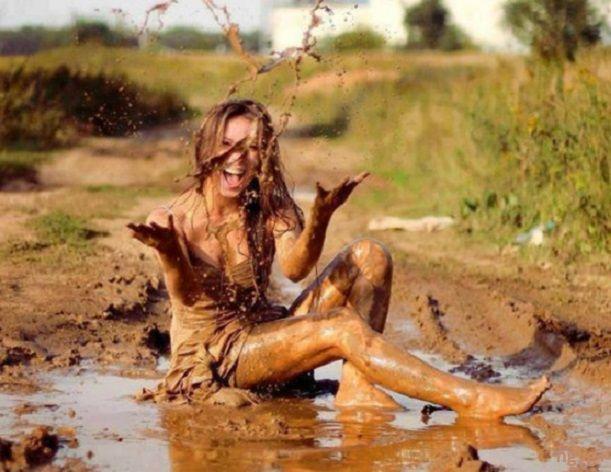 Egy-két mondat:  A sárban - The mud - A sok józanság után kell egy kis őrület – kivirágzunk a sárban, felszabadultan, megújultan ..