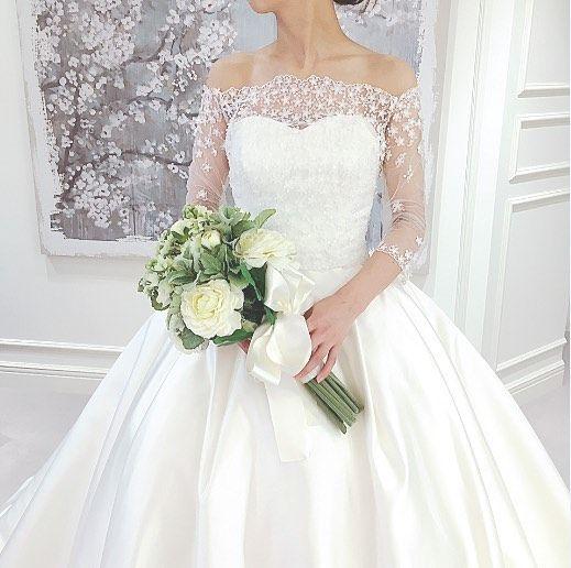 2種類のボレロの付いたFioreBianca(フィオーレビアンカ)オリジナルドレス 上品さと華やかさを兼ね備えたシルエットの美しいプリンセスラインのドレスです 挙式ではクラシカルにビスチェタイプで披露宴ではフェミニンにボレロを付けて等 会場の雰囲気やお二人のイメージに合わせてアレンジのできる1着です 提携外の結婚式場へのお貸し出しも可能です 結婚式場が決定していない方も着たいドレスから会場を選ぶ相談も承っています DRESS:03-5996 <お問い合わせ> dresses@dressthelife.jp 0120-791-249 その他のコーディネートはTOPのURLよりご覧ください #FioreBianca#フィオーレビアンカ#結婚式#プレ花嫁#ドレス迷子#熊本#福岡#東京#日本中のプレ花嫁さんと繋がりたい#卒花嫁 #卒花 #披露宴 #関西花嫁 #福岡花嫁 #大阪花嫁 #関東花嫁 #横浜花嫁 #熊本花嫁 #福岡プレ花嫁 #2017秋婚 #2017冬婚 #2018春婚 #2018夏婚 #可愛い#ボレロ#プリンセスライン#ウェディングドレス#サテン