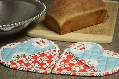 pretty heart potholders  :: tutorial from the dixie chicken