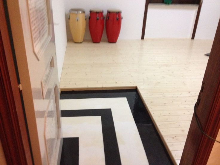 Entrata in resina epossidica e pavimento rialzato in legno massello impregnato con vernice per parquet