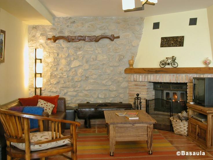 salon con chimenea y decoracin rustica