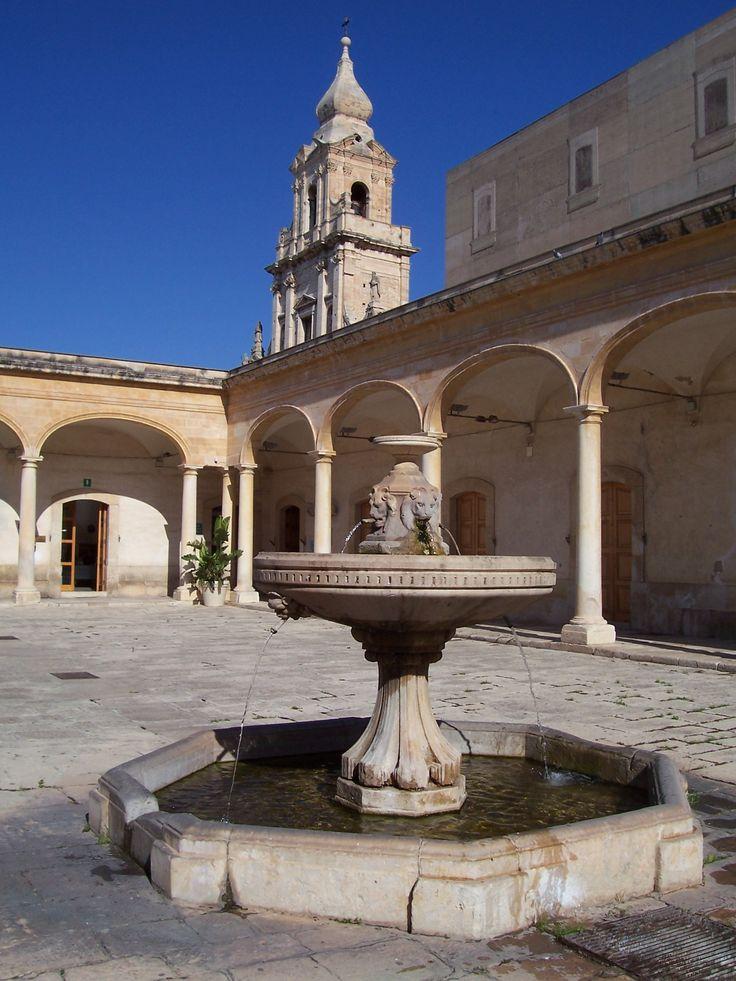 cortile Fondazione Bufalino