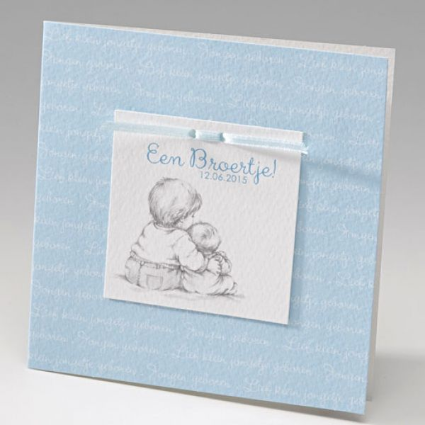 Geboortekaartje Belarto Welcome Wonder - 713082-zittend - Sweet blue baby - Geboortekaartje van luxe papier met applicatie en strikje - Geboortekaartjes.nl