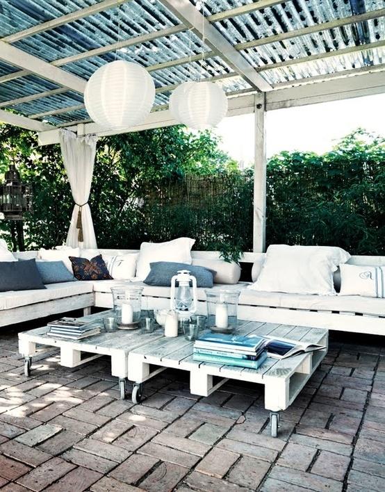 Salon de jardin réalisé avec des palettes http www m