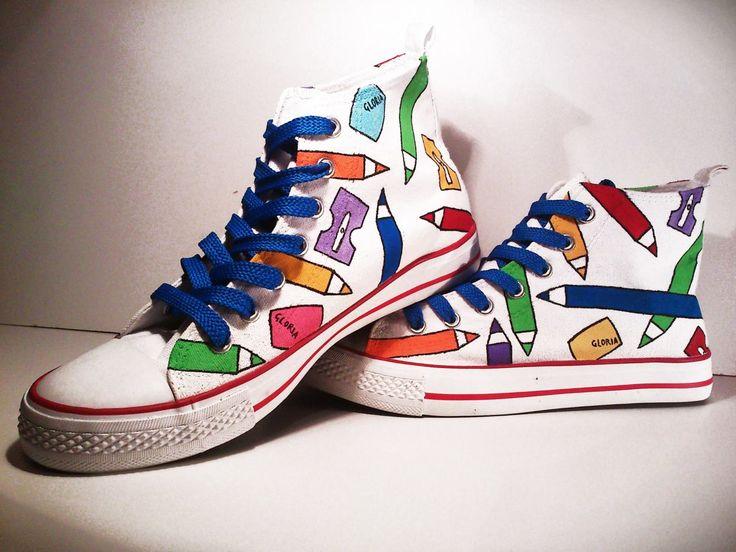 """Zapatillas """"Lápices"""". Pintadas a mano con rotuladores y pinturas textiles, con cordones azules."""
