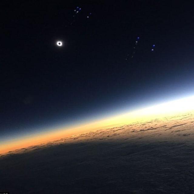 Eclissi di sole, lo scatto più bello dal volo EasyJet per l'Islanda