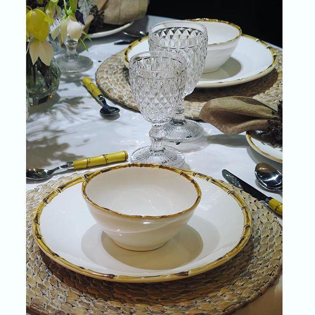 """#mulpix A #mesaposta de hoje é com o lançamento em cerâmica da Scalla """"Bambu"""". Esse jogo de jantar tem 18 peças (6 Pratos rasos / 6 Bowls / 6 Pratos para sobremesa) e custa apenas 3 x R$123,00. Separadamente, também vendemos as peças de servir que combinam certinho, deixado sua mesa linda: tigela média e grande, travessa funda, travessa rasa..... Para achar no nosso site www.mickey.com.br, digite """"Scala"""" na busca. Os copos transparentes são modelo """"Dynasty"""", para água e para vinho. Também…"""